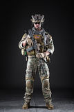 Soldado do exército dos EUA no fundo escuro Fotografia de Stock Royalty Free