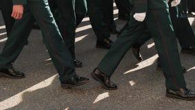 Soldado do exército militar que anda no close up das botas na parada do quadrado de cidade video estoque