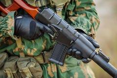 Soldado do russo no campo de batalha com um rifle Fotos de Stock