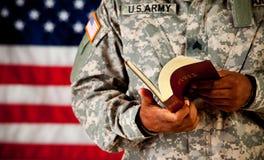Soldado: El hojear a través de una biblia Foto de archivo libre de regalías