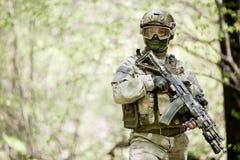 Soldado en camuflaje y casco fotos de archivo libres de regalías