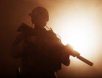 Soldado en el humo imagen de archivo libre de regalías