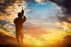 Soldado en el tiroteo con su arma, rifle del combate Guerra, concepto del ejército imagen de archivo
