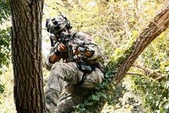 Soldado en el uniforme del U S Ejército en los árboles Fotos de archivo