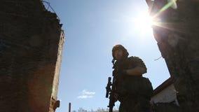 Soldado en la guerra con los brazos almacen de video