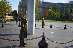 Soldado en la patrulla por la casa del parlamento, Budapest Imagenes de archivo