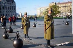 Soldado en la patrulla por la casa del parlamento, Budapest Foto de archivo
