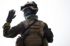 Soldado en mano de levantamiento de la munición para arriba Imagen de archivo libre de regalías