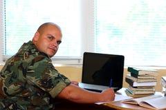 Soldado en oficina fotos de archivo