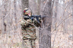 Soldado en uniforme del camuflaje foto de archivo libre de regalías