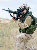 Soldado en uniforme del desierto Foto de archivo