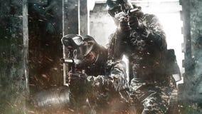 Soldado enmascarado pesadamente armado de dos Paintball en fondo apocalíptico de los posts Vídeo del hd del lazo para la bola de  almacen de metraje de vídeo