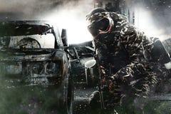 Soldado enmascarado pesadamente armado de Paintball en fondo apocalíptico de los posts Concepto del anuncio Foto de archivo libre de regalías