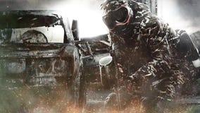 Soldado enmascarado pesadamente armado de Paintball en fondo apocalíptico de los posts E almacen de metraje de vídeo