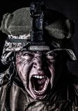 Soldado enojado del ejército que grita mientras que mira la cámara foto de archivo libre de regalías