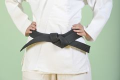 Soldado enrollado en el ejército blanco del judo Los artes marciales jovenes dominan nudos una correa negra imágenes de archivo libres de regalías