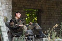 Soldado esgotado que toma o descanso imagens de stock
