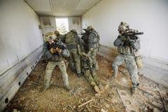 Soldado Evacuating Wounded Man na luta Foto de Stock Royalty Free