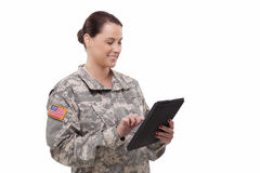 Soldado fêmea com tabuleta digital Foto de Stock