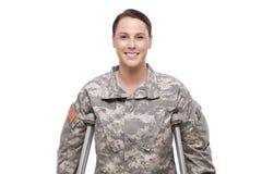 Soldado fêmea feliz com muletas Foto de Stock