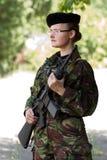 Soldado fêmea novo no protetor imagens de stock royalty free