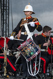 Soldado fêmea que joga o cilindro na faixa militar, Sunderland Imagem de Stock Royalty Free
