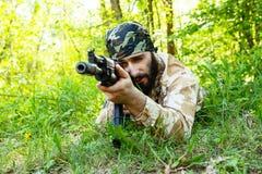 Soldado farpado com um rifle nas madeiras Foto de Stock Royalty Free
