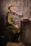 Soldado fêmea soviético no uniforme da segunda guerra mundial no esconderijo subterrâneo Imagens de Stock