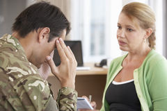 Soldado Having Counselling Session imagem de stock royalty free