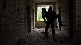 Soldado heroico que evacua o irmão caído nos braços video estoque