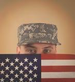 Soldado Holding American Flag a enfrentar foto de stock royalty free