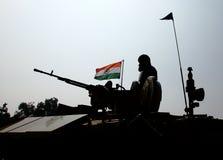 Soldado indio y bandera nacional india. Fotos de archivo libres de regalías