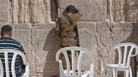 Soldado israelita Praying na parede ocidental no Jerusalém Israel vídeos de arquivo