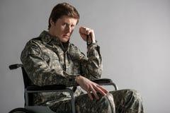 Soldado joven desanimado que sufre de memorias fotos de archivo