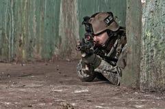 Soldado joven detrás del obstáculo Foto de archivo libre de regalías