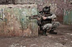 Soldado joven detrás del obstáculo Imagen de archivo libre de regalías