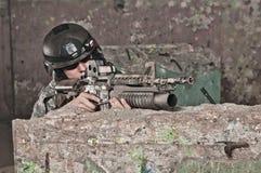 Soldado joven detrás del obstáculo Fotos de archivo libres de regalías