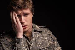 Soldado joven trastornado que lamenta su pasado fotos de archivo