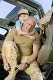 Soldado maduro de abarcamiento del hijo Imagenes de archivo