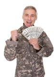 Soldado maduro feliz Holding 100 billetes de dólar Foto de archivo