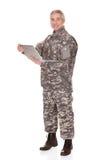 Soldado maduro Holding Laptop fotografia de stock