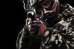 Soldado mascarado fortemente armado do paintball isolado no fundo preto Conceito do anúncio foto de stock