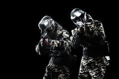 Soldado mascarado fortemente armado do paintball isolado no fundo preto Conceito do anúncio fotos de stock royalty free