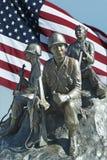 Soldado Memorial con la bandera Foto de archivo libre de regalías