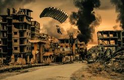 Soldado militar com o paraquedas na cidade destruída ilustração royalty free