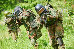 Soldado militar con la pistola Fotos de archivo