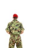 Soldado militar del ejército con el uniforme y el casquillo detrás que llevan dados vuelta Foto de archivo