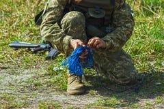 Soldado militar em exercícios táticos com corda imagens de stock