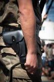 Soldado militar em uniforme e em armado com arma fotografia de stock royalty free