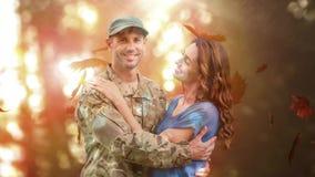 Soldado militar que abraça sua esposa contra as folhas de outono filme